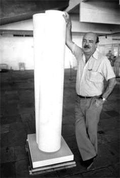O artista plástico Sergio Camargo com uma de suas esculturas de mármore branco.