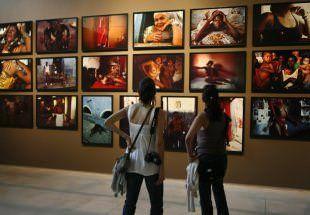 Visitantes observam fotografias de Miguel Rio Branco no Instituto Inhotim (MG)